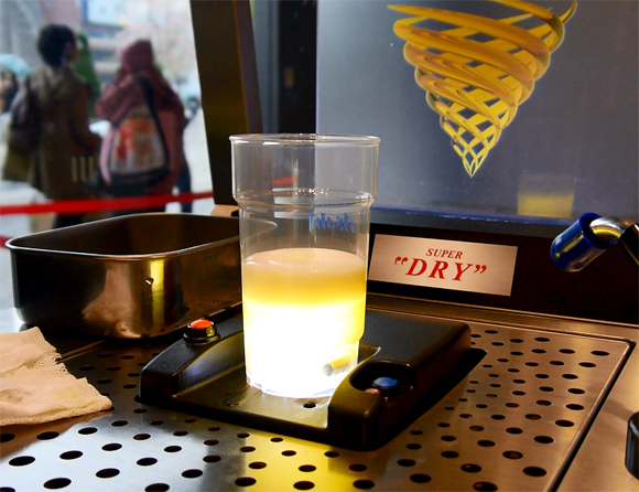 【革新的】カップの底からビールが湧き上がるビールサーバー「トルネード」がすごくカッコイイッ!!