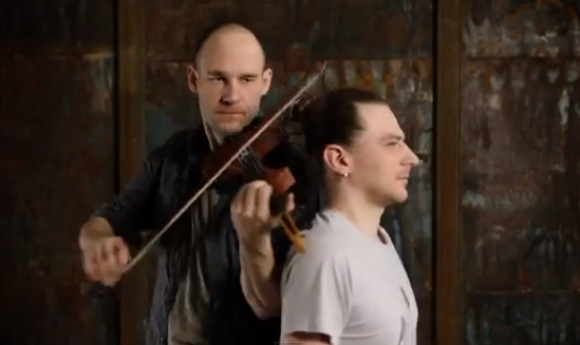 【薄毛男性は閲覧注意】バイオリンの弦は男性の髪の毛!人間バイオリンを演奏する動画がヤバい!!