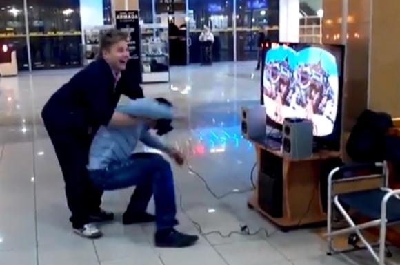 【おそロシア】ゲーム用ヘッドギア「Oculus Rift」を装着してバーチャルジェットコースター体験中の男性を後ろから押すとどうなるのか?