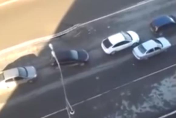 【危機一髪】黒い穴が段々大きくなっていく! 渋滞中に道路が陥没する映像がガチで恐ろしい!!