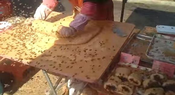【中国】無数のハチに囲まれながらも余裕でお菓子を作るオバチャンの屋台が凄まじい!