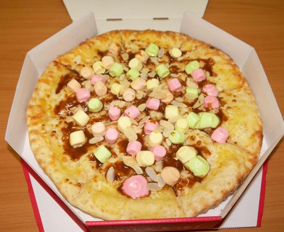【グルメ】ピザハットが森永製菓とコラボした「キャラメル & マシュマロピザ」を食べてみた / 箱にチリソースがついていても絶対に使うなよ!