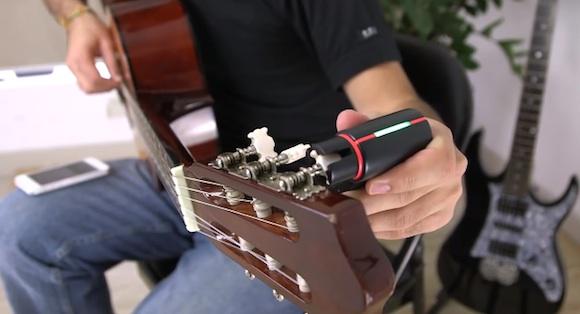 【ギタリスト必見】スマホアプリと連携して自動的にギターをチューニングしてくれる『Roadie』がすごい!!