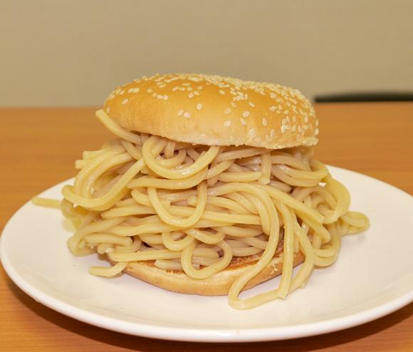 【実践】大勝軒のつけ麺をバーガーキングのバンズで挟んで「つけ麺バーガー」を作ってみた!