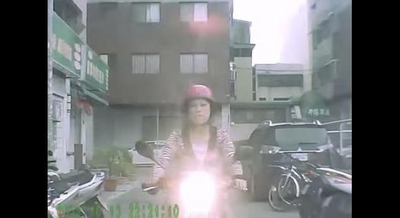 【衝撃映像】絶対に道をゆずらない「スクーターおばちゃん」の迫力がハンパない