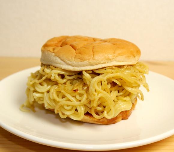 【喝だ】ロッテリアの「つけ麺バーガー」にモノ申す! つけ汁がしょっぱい上に麺がモサモサしていてめちゃくちゃ食いづらい / これで650円は高い