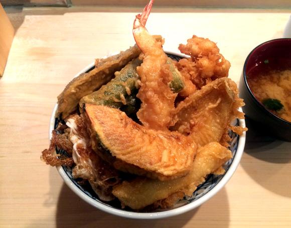 【グルメ】生玉子の天ぷらと玉子の殻を後ろに放り投げる店主が名物 / 東京・高円寺『天すけ』