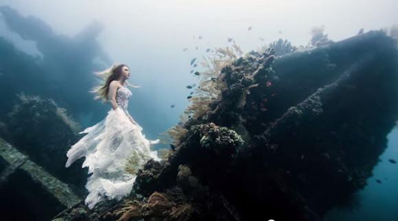 """これCGじゃないの!? リアルに海底で撮影された""""海底にたたずむ女神""""の写真が息を呑むほど美しい"""