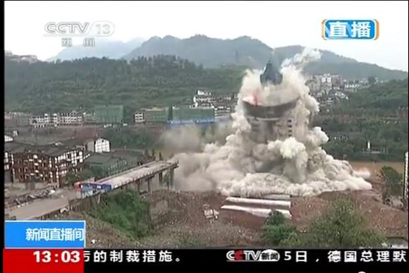 【豪快】中国で高層ビルと橋を解体することに → なんと豪快に同時爆破! 民家との距離はわずか5メートル!!