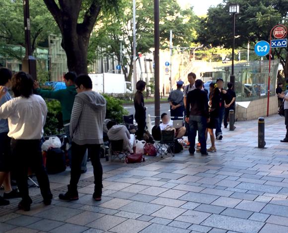 本日オープンする「アップルストア表参道」にはすでに長蛇の列 / 午前6時30分の段階で200人が並んでいる