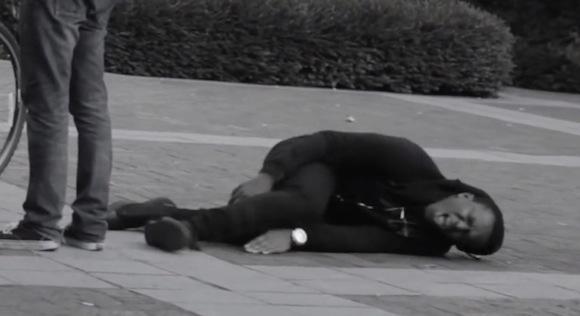 【検証動画】見ず知らずの通行人に触れたように見せてわざと倒れるとこうなる