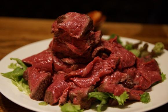 【巨大肉】まさに肉のヒマラヤ!800グラムの塊肉を昼から食べられる渋谷『焚火家』はデカ盛りマニアならぜひ行きたいお店