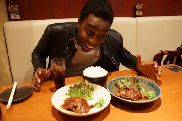 【日韓戦】アメリカ人は「日本式焼肉」と「韓国式焼肉」どちらが大好き!? 実際に食べ比べてもらった
