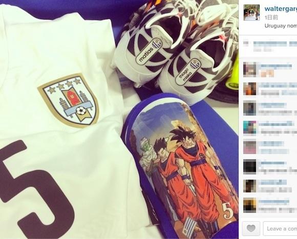 【衝撃サッカー画像】さすがの知名度! ウルグアイ代表・ガルガノ選手のすね当てが『ドラゴンボールZ』仕様!!
