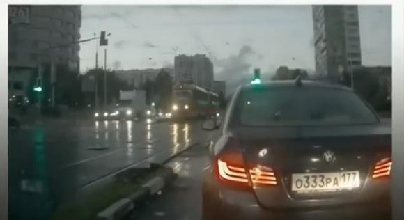 【恐怖映像】いきなり「ゴーストカー」が出現! ドライバー大絶叫の心霊現象がマジでヤバい!!