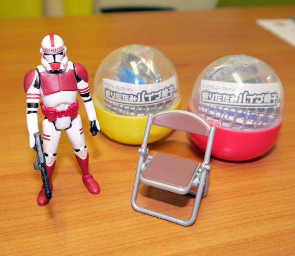 これ考えたヤツ天才だろ!? ガチャで販売している「折りたたみパイプ椅子」が何かとちょうど良くて素晴らしいッ!!