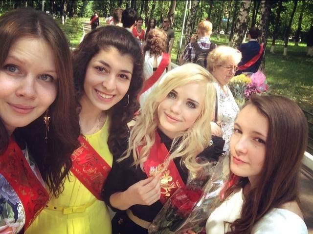 """ロシアJKミニスカ 疑問】ロシアの女子は卒業式に """"ミニスカメイド服"""" を着る ..."""