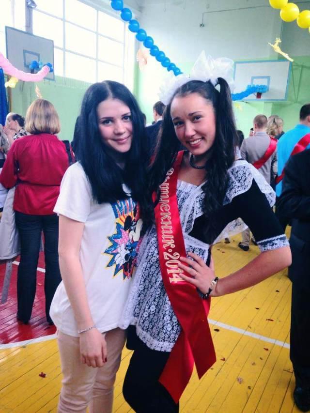 """【疑問】ロシアの女子は卒業式に """"ミニスカメイド服"""" を着る! その理由をロシア女子に聞いてみた!!"""