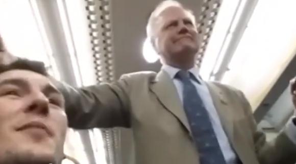 【なんじゃこりゃ動画】電車内で男性が即興デタラメソングを歌い始める → 他の乗客を巻き込んで大合唱 → 車内に妙な一体感が生まれる