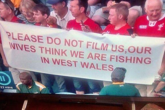 【悲報】妻におびえて試合観戦をしている英国紳士が激写される / 横断幕「妻は私たちが釣りをしていると思っているので映さないでください」