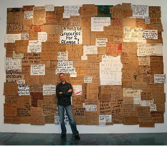 【私たちの声を聞いてくれ!】物乞いをするときに時に使うメッセージボード「ベガーズサイン」を使ったアート作品に込められたホームレスたちの叫び