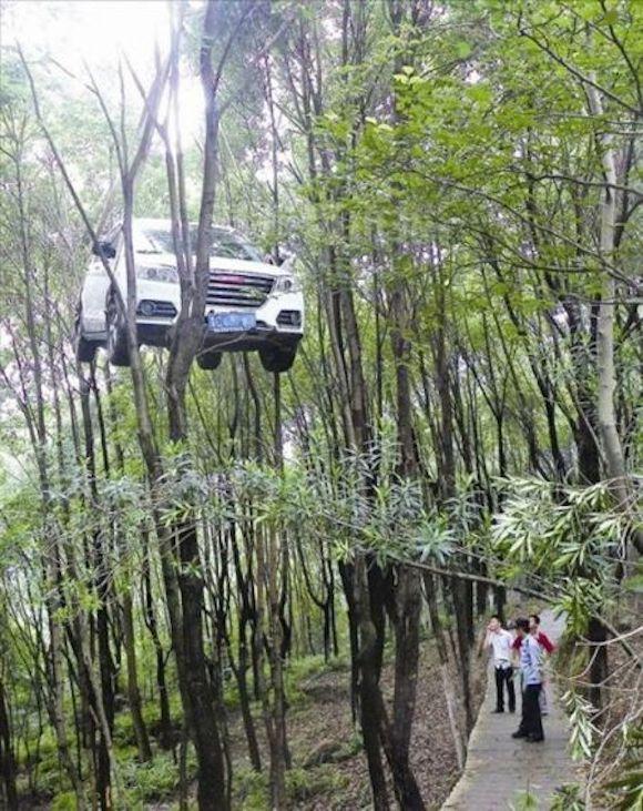 【注意喚起】車の停車方法を間違えて大惨事! 中国で起きたアクロバティックな事故がヤバすぎる!!