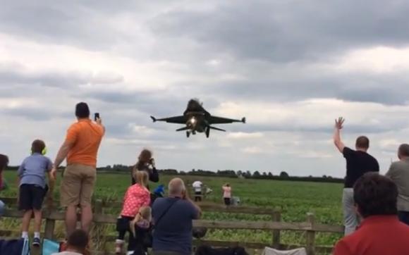 【衝撃動画】見ているだけで恐ろしい! エアーショーで見せたF-16の超低空飛行があまりにスリリング!!