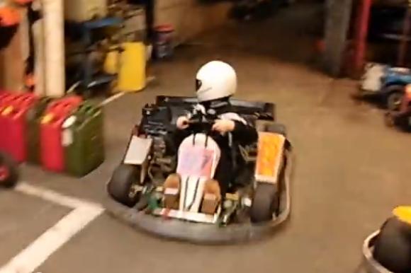 【動画あり】ゴーカートで見せた少年の駐車テクニックが超ハイレベル! ガレージからの立ち去り方は大人顔負けのシブさ