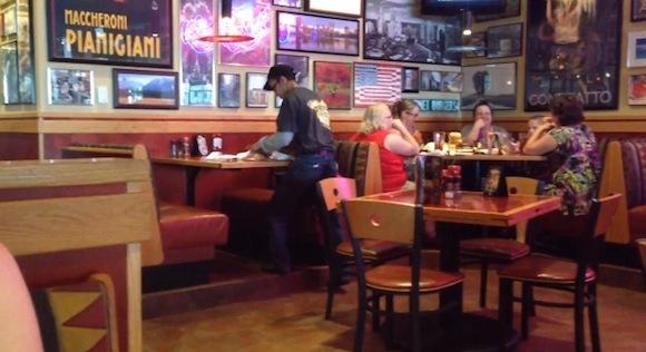 【神業動画】まるでサーカス! 世界一の速さで後片付けをするレストラン店員がスゴい!!