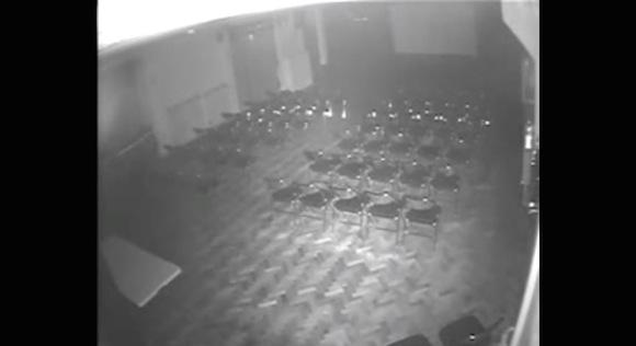 【恐怖映像】これはガチでヤバい! 誰もいない部屋で椅子が勝手に動くシーンがとらえられる!!