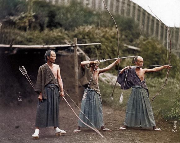 【画像】モノクロ写真に着色したら作品が見事によみがえった / 弓を構える武士の姿が最高にカッコいい!!