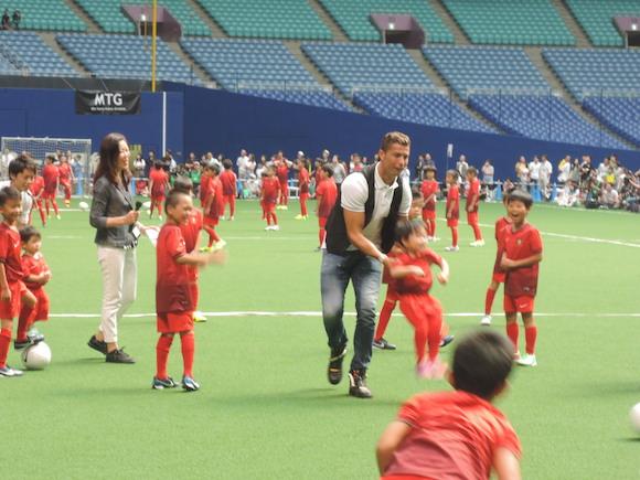 単独来日したクリスティアーノ・ロナウド選手が子供とのふれあいで見せた優しさ
