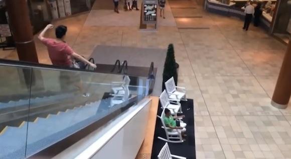 【動画あり】真似厳禁! 史上最高にかっこ悪いエスカレーターの下り方をした中国人の少年