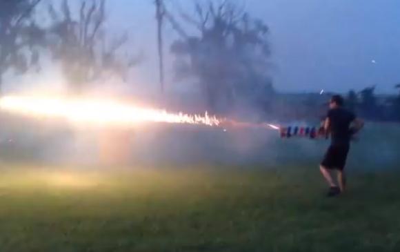 【絶対に真似してはいけない】もはや立派な兵器! 花火を使った自作の銃が迫力ありすぎる!!