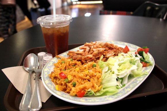 【空港グルメ】世界8カ国の料理を1つのテーブルで! 羽田空港『UPPER DECK TOKYO』 / 「ケバブとうどん」など新しい組み合わせもアリ!