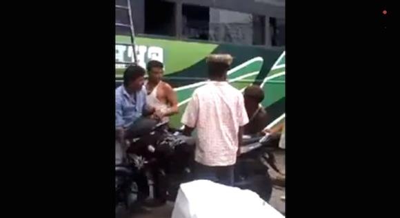 【衝撃動画】インド式の「バスの上にバイクを乗せる方法」がスゲエ!!