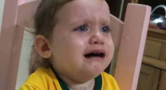 【動画あり】「ネイマールはどこ?」骨折で離脱したネイマール選手がいないことを知って悲しむ小さな女の子がカワイイ