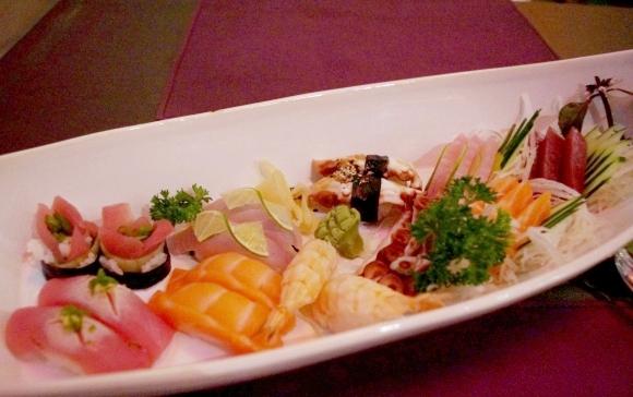 【海外寿司事情】地元の人オススメの日本料理店『NIKKO』で「ROPPONGI」を食べてみた / 「ROPPONGI」の価格は約3600円
