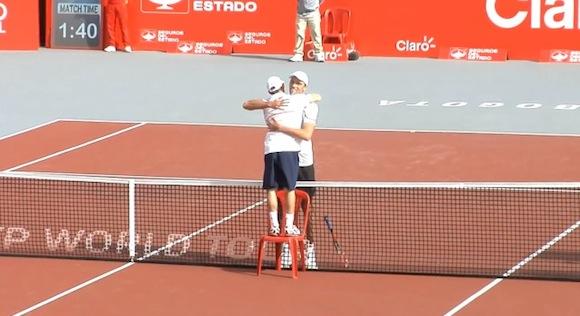 【動画あり】身長差33センチ! テニスの試合後に見られたユーモアのあるハグがスゴくイイ!!