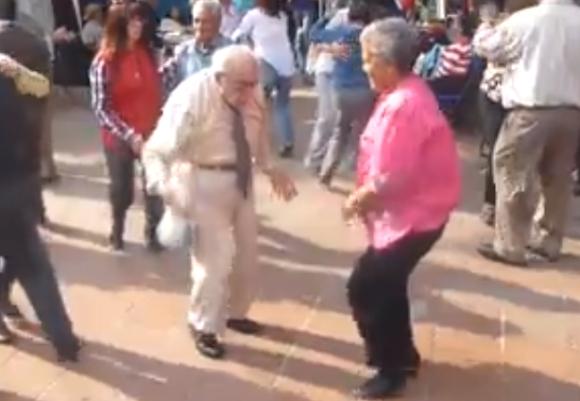 【動画あり】おじいちゃんが両手の杖を投げ捨ててノリノリでダンス / わずか5日で82万以上の「いいね!」を獲得した動画がとにかくかわいい!!