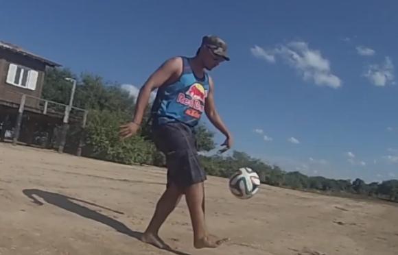 ブラジルで街中にいた人々にボールをパスしたらこうなった / GAKU-MC さんがW杯期間中に自らブラジルで撮影した動画が素晴らしい!