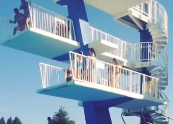 【動画あり】ビビりまくったまま飛び込み台からプールにダイブしたらこうなった / ネットの声「過去最悪の失敗」「30回繰り返して見たけどまだ足りない」