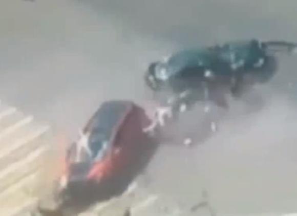 【衝撃動画】ロシアでショッキングな交通事故発生! 車同士が衝突して4歳の双子が車外に投げ出される / しかし奇跡的な展開が!!