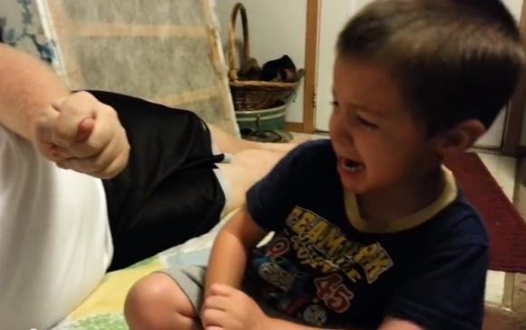 幼い男の子が号泣している理由とは? パパのジョークを真に受ける男の子の動画が再生回数120万回突破の大ヒット