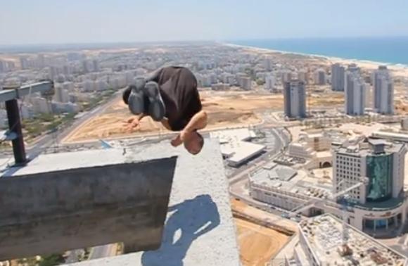 【無謀な挑戦】男性が足場の悪い地上150メートルのビルの上で後方宙返り → まさかの失敗!