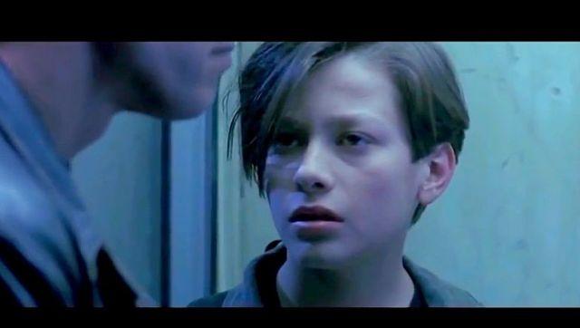 """【あの人は今】『ターミネーター2』の """"ジョン・コナー"""" はどうしてるんだ!? → 15歳上の女性と交際し酒とクスリに溺れるもホラー映画で活躍中!"""