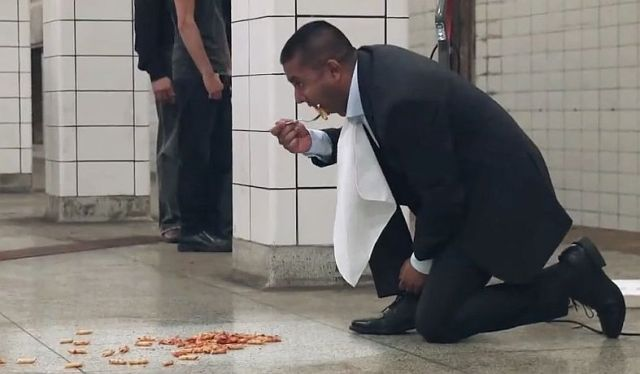 【体張りすぎ宣伝活動】掃除機会社の社員が地下鉄ホームに掃除機をかけたあと「地面にバラまいたパスタ」を食べて商品の性能をアピール!!