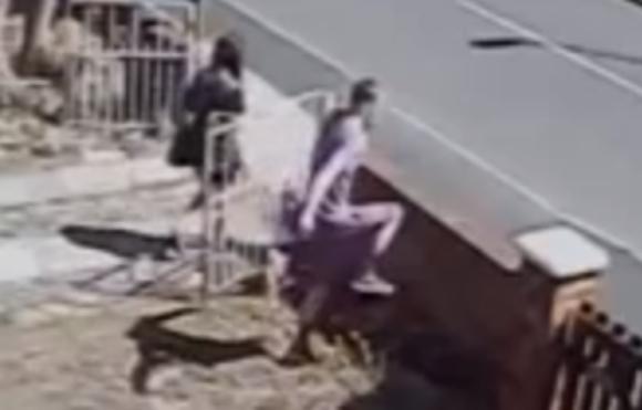 """【モテたい男性必見】""""カッコつけようとした男性"""" が女性の前で塀を乗り越えるためにジャンプしたらこうなった / 女性の反応が優しすぎて泣ける"""