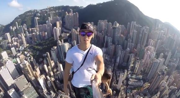 【閲覧注意】手に汗握る光景とはこのこと! 超高層ビルのてっぺんで「命知らず」が撮影した動画が恐ろしすぎる!!