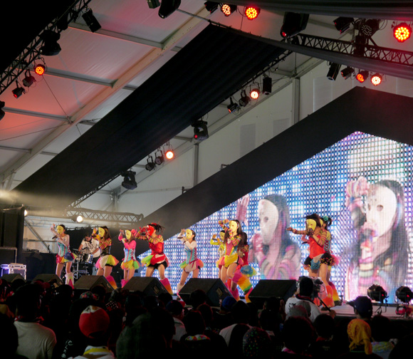地下アイドル「仮面女子」が日本最大規模の野外フェス『ROCK IN JAPAN FESTIVAL』に初参戦 / 可もなく不可もない味の薄いステージ